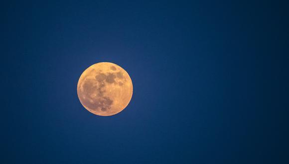 La 'Luna de Fresa' es vista desde Egipto el 24 de junio de 2021. (Foto: Khaled DESOUKI / AFP)