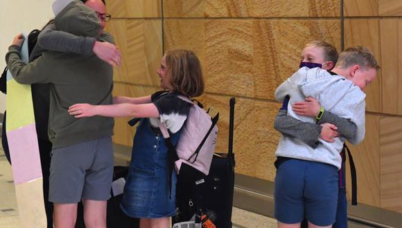 Una familia de Nueva Zelanda se abraza al reencontrarse en el aeropuerto de Sídney, Australia. Imagen del 19 de abril del 2021. EFE