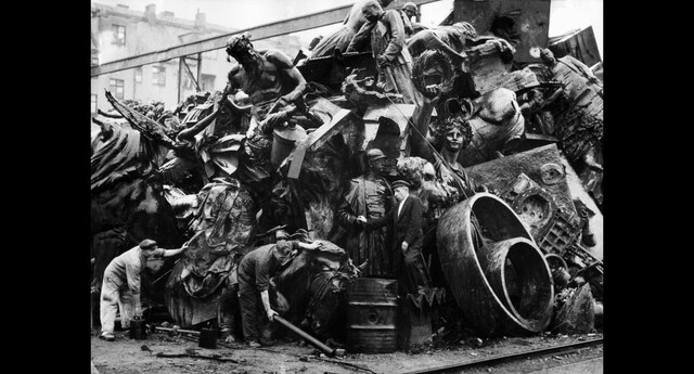 """El 5 octubre de 1945 una gran pila de estatuas y obras de arte aguardan el """"juicio"""" de los nazis para ser destruidas. (Foto: AFP)"""