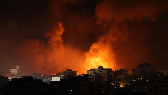 El humo sale de un incendio tras los ataques aéreos israelíes contra múltiples objetivos en la ciudad de Gaza, controlada por el movimiento palestino Hamas. (Foto: AFP / MOHAMMED ABED).