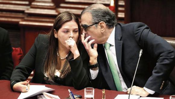 Karina Beteta y Pedro Olaechea intercambian opiniones durante la sesión de la Comisión Permanente en la que se discutieron las facultades y el campo de acción del grupo. (Foto: Renzo Salazar/GEC)