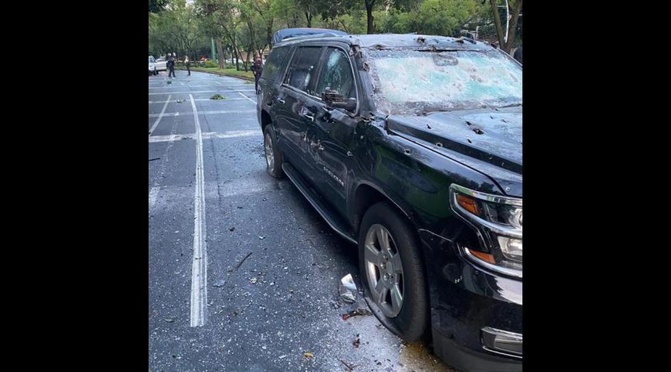 Así quedó una camioneta en el lugar donde se atentó contra el jefe de Seguridad de la Ciudad de México, Omar García Harfuch. (EFE).