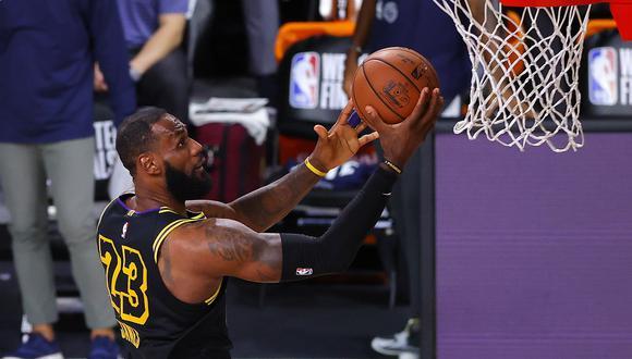 Triples, robos, tapones y volcadas de un espectacular LeBron James, que lidera la ofensiva de Lakers ante Nuggets por la segunda final de la Conferencia Oeste. (Foto: AFP)
