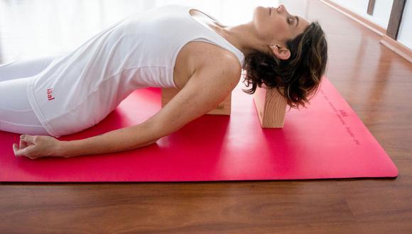 Si eres de las personas que trabaja fuera de casa; la práctica del yoga puede ayudarte a reforzar tu sistema inmunológico mediante la ejecución de posturas que favorecen el mejor funcionamiento de nuestros órganos.