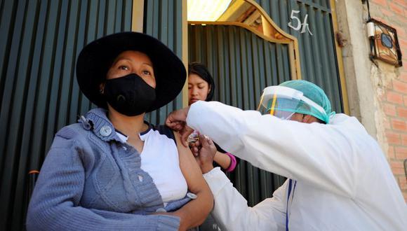 Una mujer es vacunada contra el coronavirus COVID-19 con la vacuna china SinoPharm en Bolivia. (Jorge Bernal / AFP).