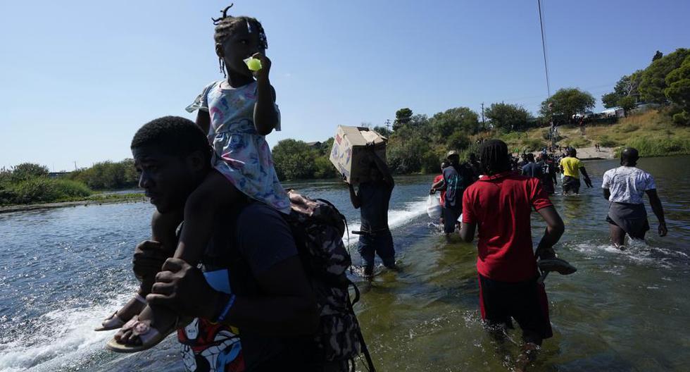 Migrantes haitianos cruzan hacia Estados Unidos desde México, el viernes 17 de septiembre de 2021, en Del Rio, Texas.  (Foto AP / Eric Gay).