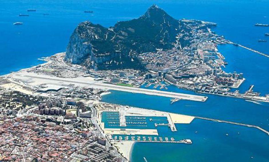 Por el puerto español de Algeciras, frente a Gibraltar (foto), entra coca colombiana a través de semisumergibles, vuelos chárter y buques con bananos de exportación. (Foto referencial: El Tiempo, GDA)