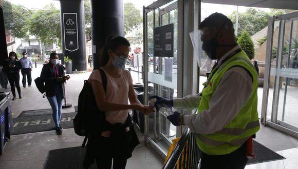 El decreto supremo establece que el uso de mascarilla es obligatorio para todas aquellas personas que ingresen a los locales. (Foto: Alonso Chero / El Comercio)