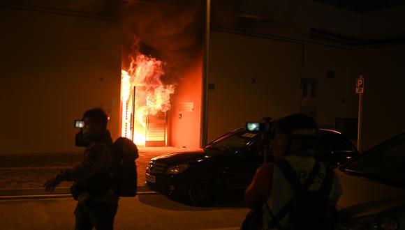 Un edifcio se ve en llamas mientras los residentes protestan contra los planes para que la finca se use como un campamento de cuarentena para pacientes de coronavirus y personal médico. (Foto: AFP)