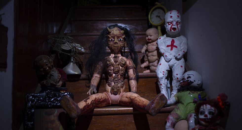 Al centro, una muñeca de vudú comprada en Tacora es el objeto que más pánico produce de los seis mil que pueblan la casa. Solo por su pinta provoca no acercarse. (Foto: Richard Hirano)