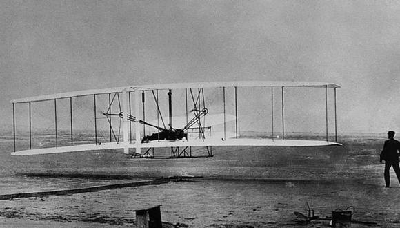 Doce históricos segundos durante los que Wilbur (derecha) vio volar a su hermano y el artilugio que ambos habían fabricado. (Foto: Getty)