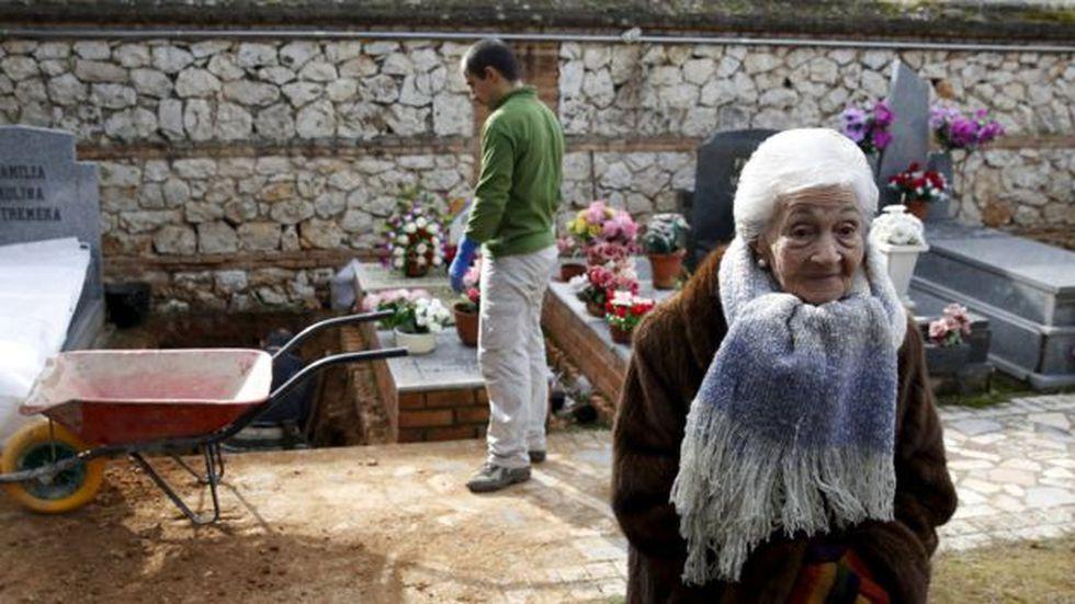 Ascensión estuvo presente el día de la exhumación de su padre, en enero de 2016. Foto: REUTERS, vía BBC Mundo