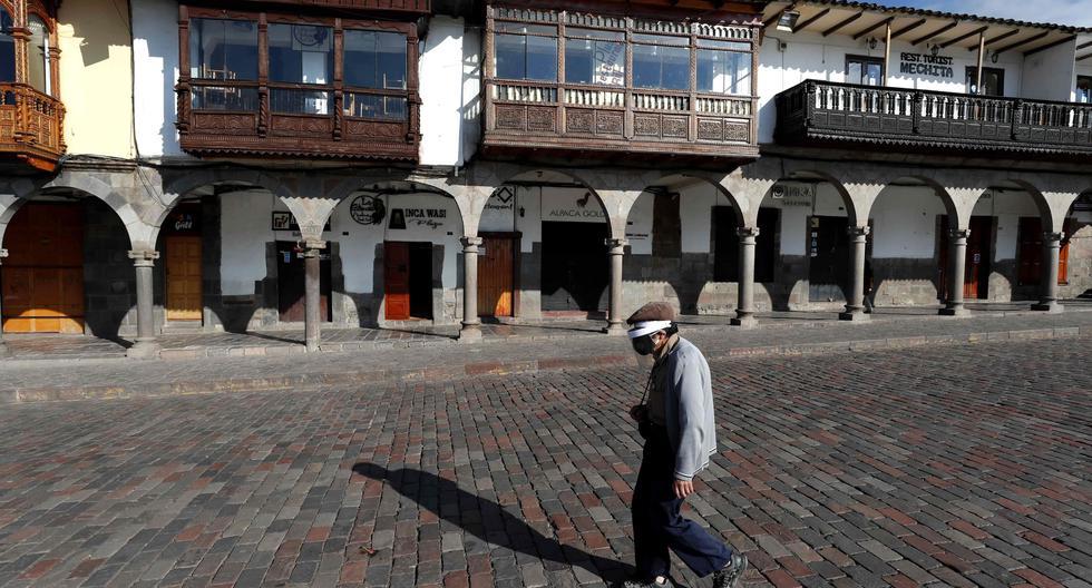 El turismo en el Perú ha sido una de las actividades económicas más golpeadas por la pandemia del coronavirus, como atestigua esta imagen en la Plaza de Armas del Cusco. El sector perdió el 92% de sus ingresos el año pasado, y este 2021 no proyecta una mejoría. EFE/Paolo Aguilar.