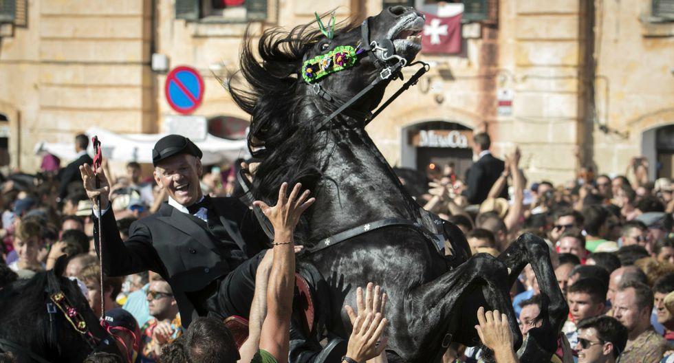 """Un caballo se alza entre la multitud durante el """"Caragol des Born"""", una reunión masiva de caballos y personas durante el festival de Sant Joan en Ciutadella, en las Islas Baleares de Menorca, España. (Foto: Jaime Reina/AFP)"""