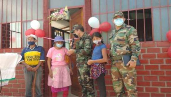 Los ancianos beneficiados, autoridades e integrantes de la comunidad en general, agradecieron y destacaron la importante ayuda recibida del personal policial. | Foto: Policía Nacional del Perú
