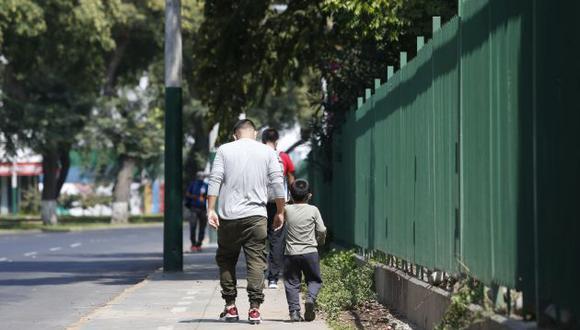Desde el pasado 18 de mayo los menores hasta los 14 años puedes salir de sus hogares acompañados de un adulto por media hora. (Foto: GEC)