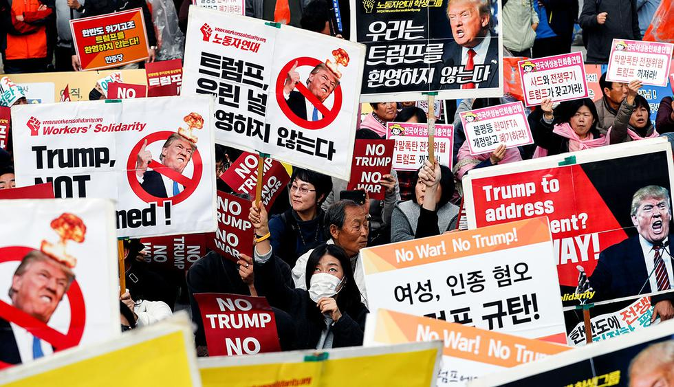 Protesters against U.S. President Donald Trump wait for Trump's motorcade to pass by in central Seoul, South Korea, November 7, 2017. REUTERS/Kim Kyung-Hoon