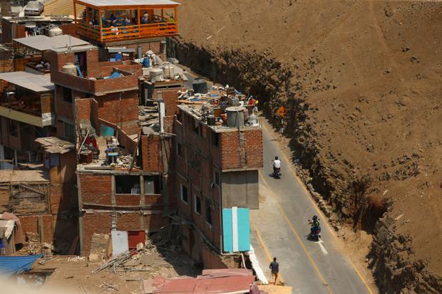 Las construcciones informales y la invasión de terrenos son algunos de los principales problemas que persisten en el morro. Un sismo podría ocasionar una tragedia en el lugar. (Foto: Alessandro Currarino/GEC)