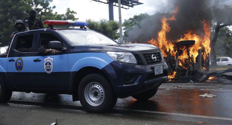 Incluso, incendiaron el vehículo de las autoridades tras reportar que habían al menos dos personas heridas. | Foto: EFE