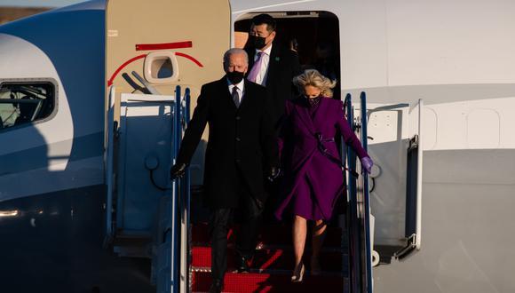 Hoy, el presidente electo Joe Biden toma la mano de su esposa, Jill Biden, a su llegada a Andrews Air Force Base. AP