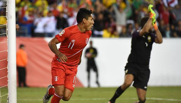 Raúl Ruidíaz y el gol con la mano que marcó ante Brasil en la Copa América Centenario 2016. (Foto: AFP).