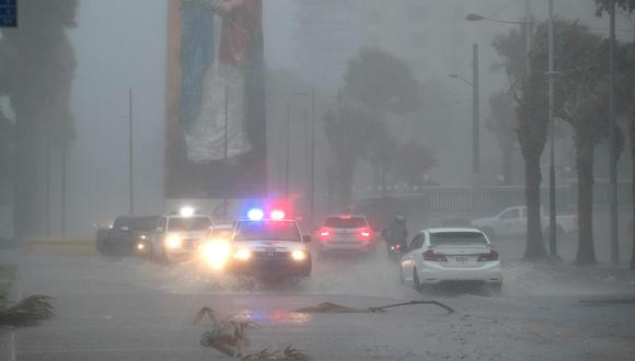 Vehículos circulan bajo la intensa lluvia durante el paso de la tormenta tropical Fred el 11 de agosto del 2021 en Santo Domingo, República Dominicana. (EFE/ Orlando Barría).