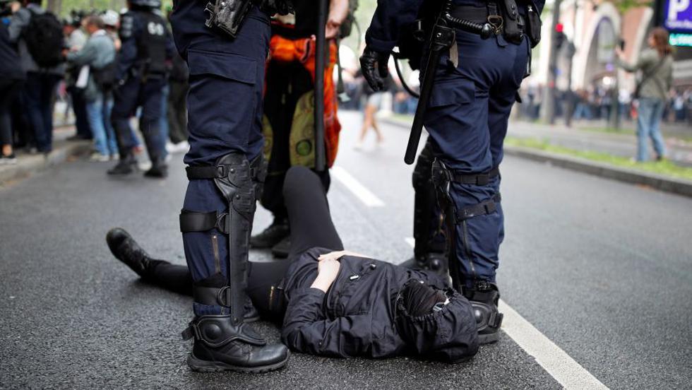 """En París, el cortejo de manifestantes salió a las 14H00 locales (12H00 GMT) de la céntrica plaza de la República. Unas 16.000 personas, según una consultora independiente, desfilaron en la capital francesa bajo el lema """"servicio público para todos"""". (Foto: AFP)"""