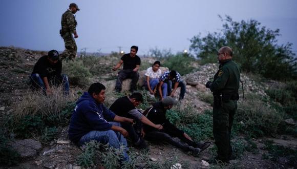 Un agente de la Patrulla Fronteriza de Estados Unidos procesa a un grupo de migrantes en Sunland Park, Nuevo México. (Foto: PAUL RATJE / AFP).