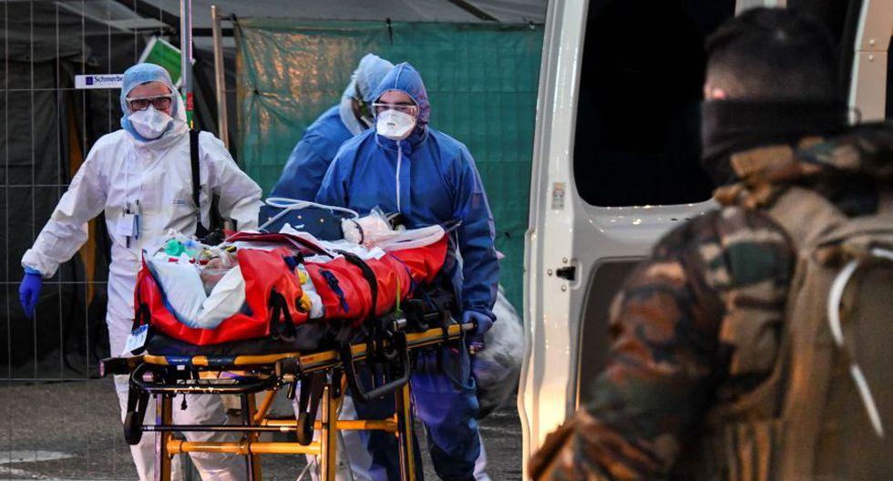 Personal médico de emergencia traslada a un paciente afectado con coronavirus en Mulhouse, en el este de Francia. (Foto: AFP)