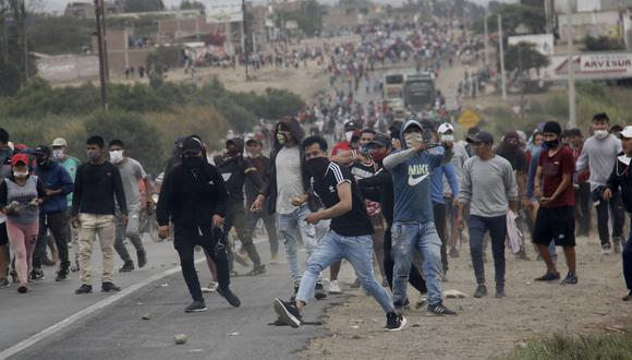 Dos personas murieron producto de los enfrentamientos entre los manifestantes y la policía. Foto: EFE/ Iván Orbegoso
