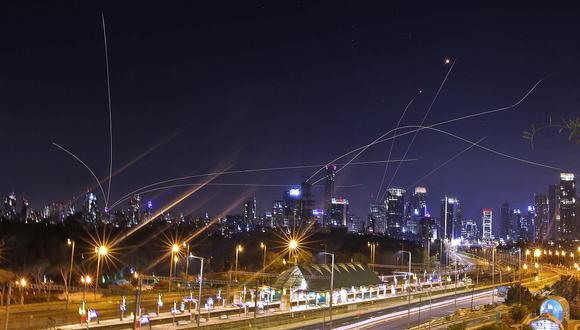 El sistema de defensa aérea Iron Dome de Israel intercepta cohetes sobre la ciudad costera de Tel Aviv el 15 de mayo de 2021, luego de su lanzamiento desde la Franja de Gaza controlada por el movimiento palestino Hamas. (Foto de ahmad gharabli / AFP).