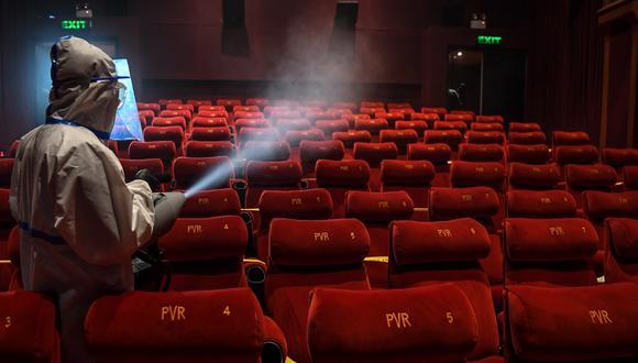 Proceso de desinfección de un cine en China en julio de 2020. Los teatros y salas de cine peruanos se alistan para reabrir siguiendo los protocolos sanitarios (Foto: AFP)