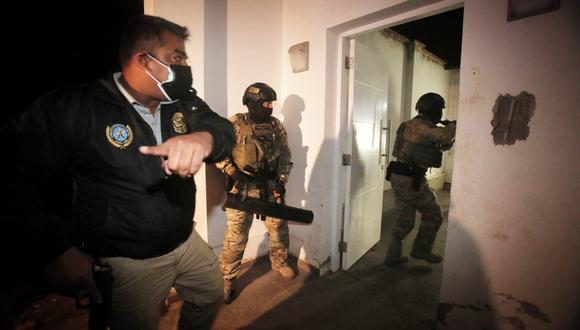 Los agentes de la SUAT utilizaron un objeto contundente para abrir las puertas. (Foto: César Grados / @photo.gec)