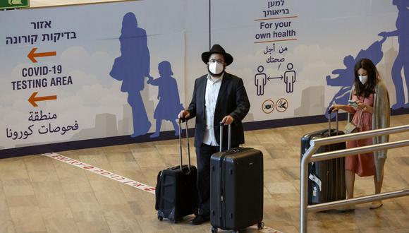 Turistas israelíes y turistas vacunados contra el coronavirus COVID-19 llegan al aeropuerto Ben Gurion de Israel el 23 de mayo de 2021. (Foto de JACK GUEZ / AFP).