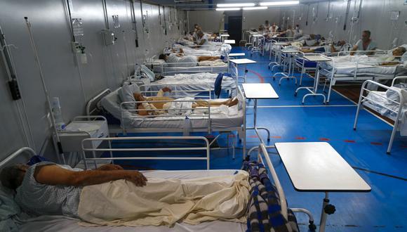 Los pacientes afectados por el coronavirus COVID-19 permanecen en un hospital de campaña instalado en un gimnasio en Santo André, estado de Sao Paulo, Brasil, el 26 de marzo de 2021. (Foto de Miguel SCHINCARIOL / AFP).