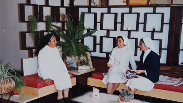 'Aguchita' (izquierda) con las hermanas contemplativas del Buen Pastor, en Salamanca, (FOTO: Causa Aguchita)