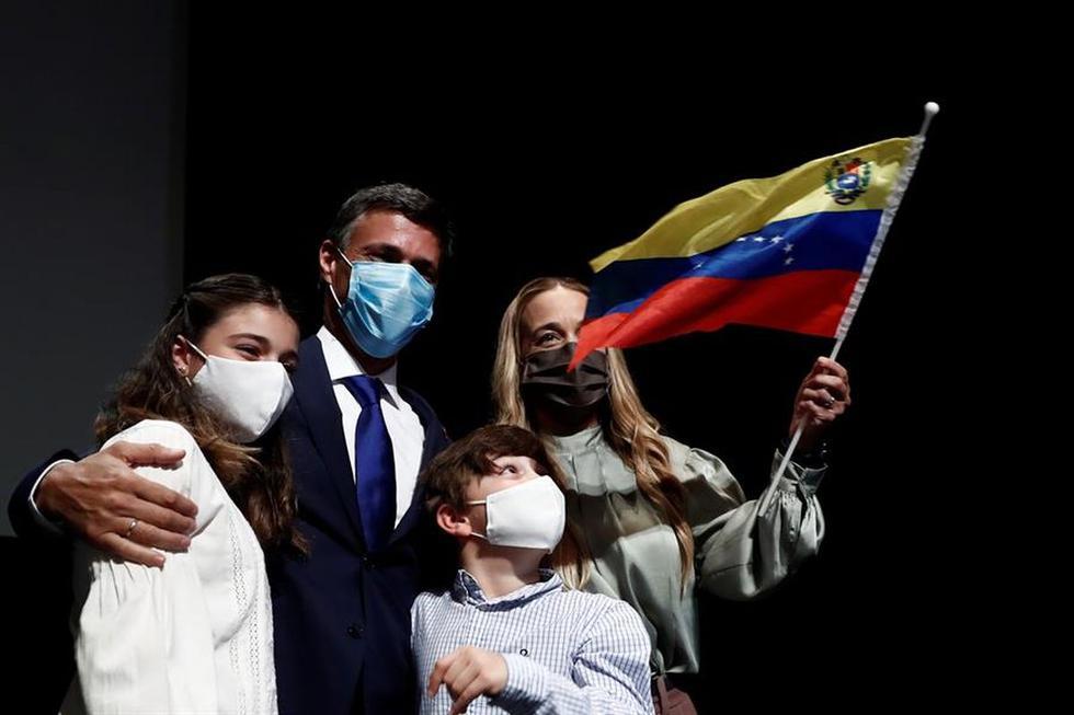 Leopoldo López, su esposa Lilian Tintori y los hijos de ambos antes de la conferencia de prensa en Madrid. (EFE / Mariscal).