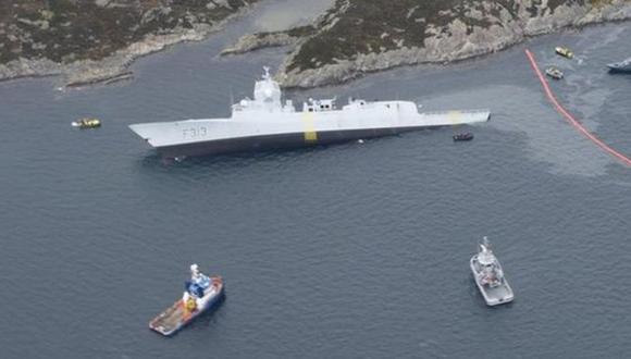 La fragata noruega fue empujada a aguas menos profundas para evitar que se hundiera. (KYSTVERKET/NCA/FORSVARET)