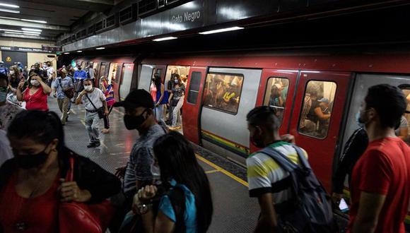 Varias personas transitan por la estación Gato Negro del Metro de Caracas, Venezuela. (EFE/ Rayner Peña R).