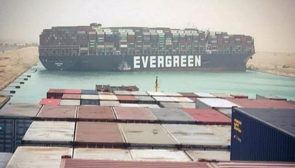 Una imagen compartida en Instagram muestra la escena desde otro barco, el Maersk Denver, ubicado directamente detrás del Ever Given. (EPA).