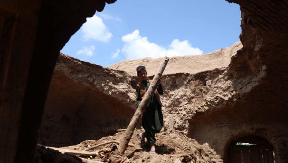 Un niño observa los destrozos en su casa como consecuencia de las inundaciones repentinas que han dejado al menos 46 muertos y una decena de desaparecidos en varias provincias Afganistán. EFE/ Jalil Rezayee