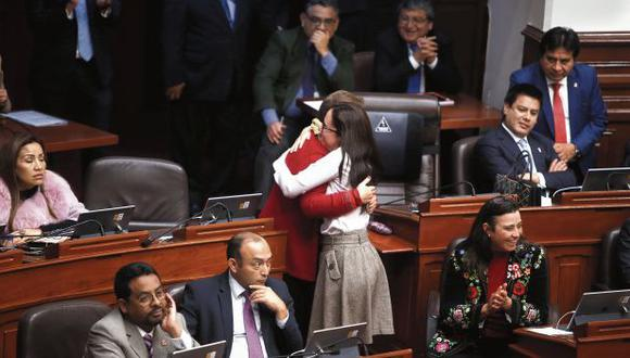 Luz Salgado (Fuerza Popular) y Marisa Glave (Nuevo Perú) se abrazan tras la aprobación del texto sobre la paridad y la alternancia. (Foto: Mario Zapata / GEC)