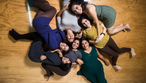"""""""Reconstrucción"""" es una creación colectiva de  Paloma Carpio (de azul), Lucía Mantilla (plomo), Laura Santa Cruz (verde), Natalia Consiglieri (mostaza), Jimena Ballén (verde), Tania Pezo (plomo) y Coralí Ormeño (plomo). (Foto: Rolly Reyna)"""