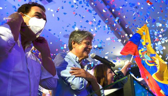 El presidente electo de Ecuador, Guillermo Lasso, gesticula junto a su esposa María de Lourdes Alcivera y al ex alcalde de Guayaquil, Jaime Nebot, mientras celebra su victoria. (Foto de Fernando Méndez / AFP).