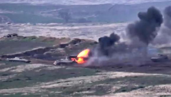 Una imagen de video del Ministerio de Defensa de la República de Armenia muestra vehículos blindados de Azerbaiyán siendo destruidos en Nagorno Karabaj. (EFE).