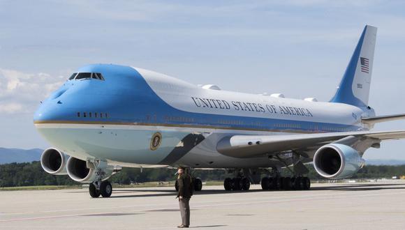 El Air Force One rueda en el aeropuerto de Cointrin a la llegada del presidente de Estados Unidos, Joe Biden, a Ginebra el 15 de junio de 2021. (Foto de MARTIAL TREZZINI / POOL / AFP).