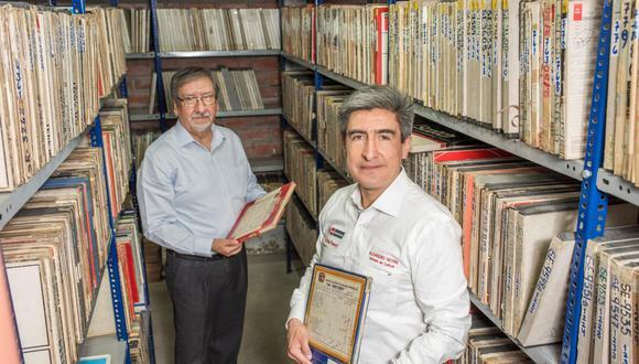 Juan Nuñez (al fondo), gerente general de IEMPSA y el ministro de cultura Alejandro Neyra, en los archivos de cintas del sello. Solo una fracción de lo visto ha sido digitalizado en alta calidad.