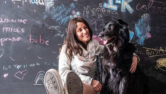 """Cecilia Torres es una comunicadora a la que no le importa si un perro es de raza o no. """"Finalmente son perros y son maravillosos, y por qué no darles la oportunidad si ya están acá"""", dice. (Fotos: Andrea Carrión)"""