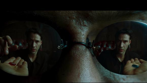 """Una de las escenas más recordadas de """"The Matrix"""" (1999), donde Morpheus (Lawrence Fishburne) le ofrece a Neo (Keanu Reeves) la verdad. Foto: Warner Bros."""