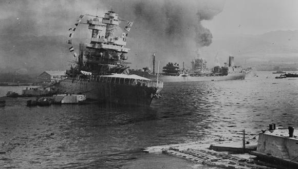 El 7 de diciembre de 1941 aviones japoneses atacaron la base naval de Pearl Harbor, en Hawái. El petrolero USS Neosho trata de escapar de los intensos bombardeos  (Photo by Buyenlarge/Getty Images)